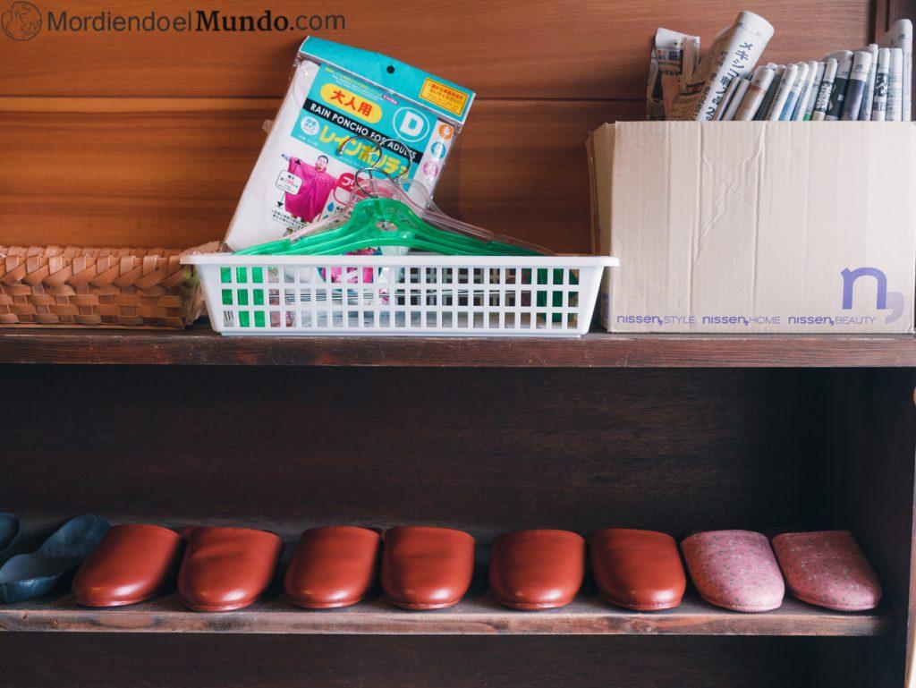 zapatero con zapatillas japonesas