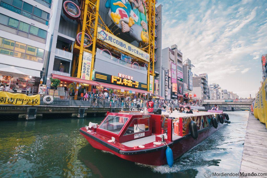 Barco haciendo crucero por los canales de Dotomburi en Osaka