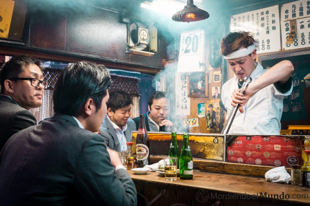 Puesto de yakitoris en Omoide yokocho Tokio