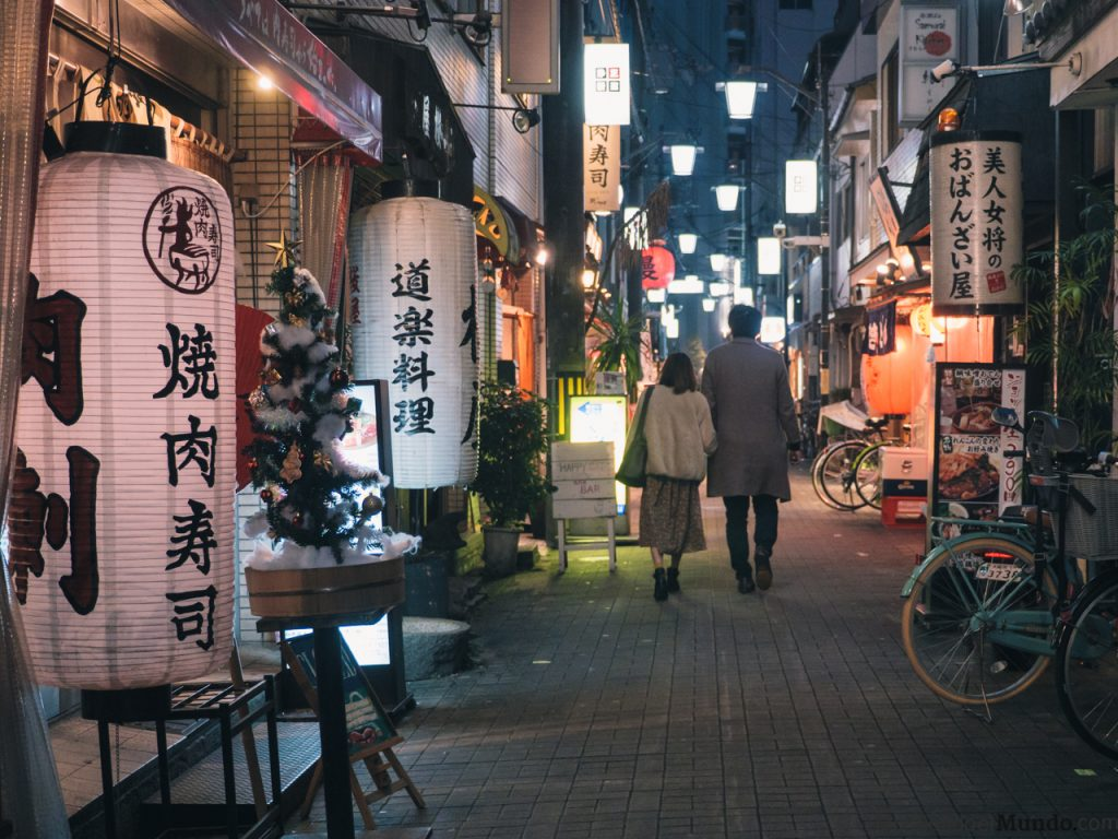 calle de bares nocturna japon