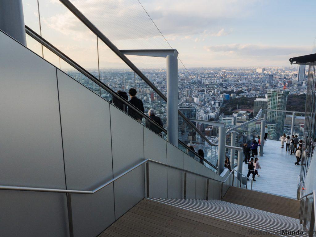 Escaleras automaticas y normales en la azotea del Shibuya Scramble Square