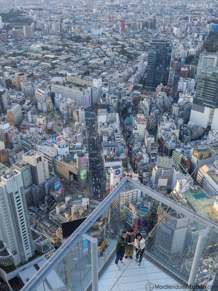 Personas haciendose una foto en el Shibuya Sky