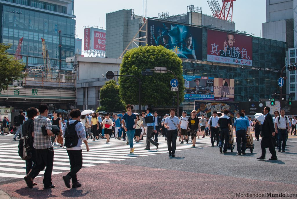 Gente cruzando el paso de peatones más transitado del mundo en Japón, Tokio
