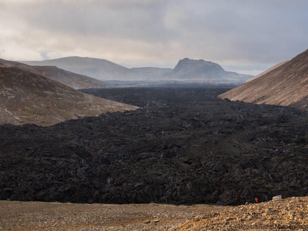Vista panoramica del volcán Geldingadalir y la lava