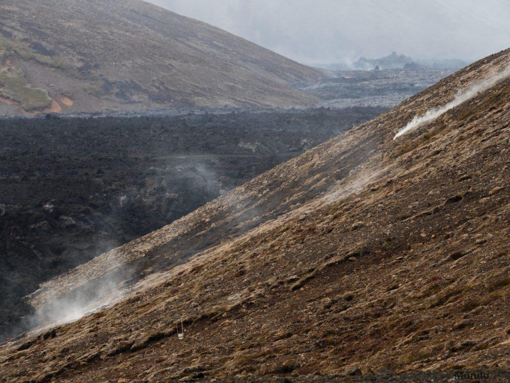 Laderas humeantes y lava del volcán en Islandia