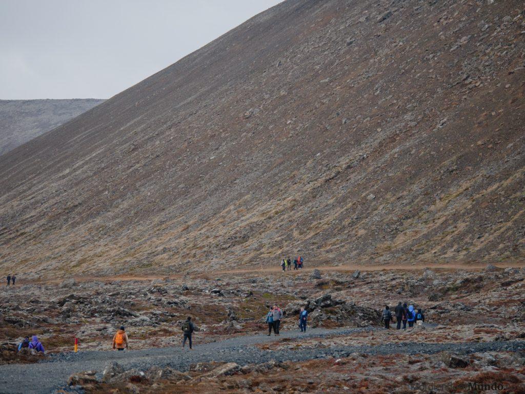 Gente caminando para ir a ver el volcán Fagradalsfjall