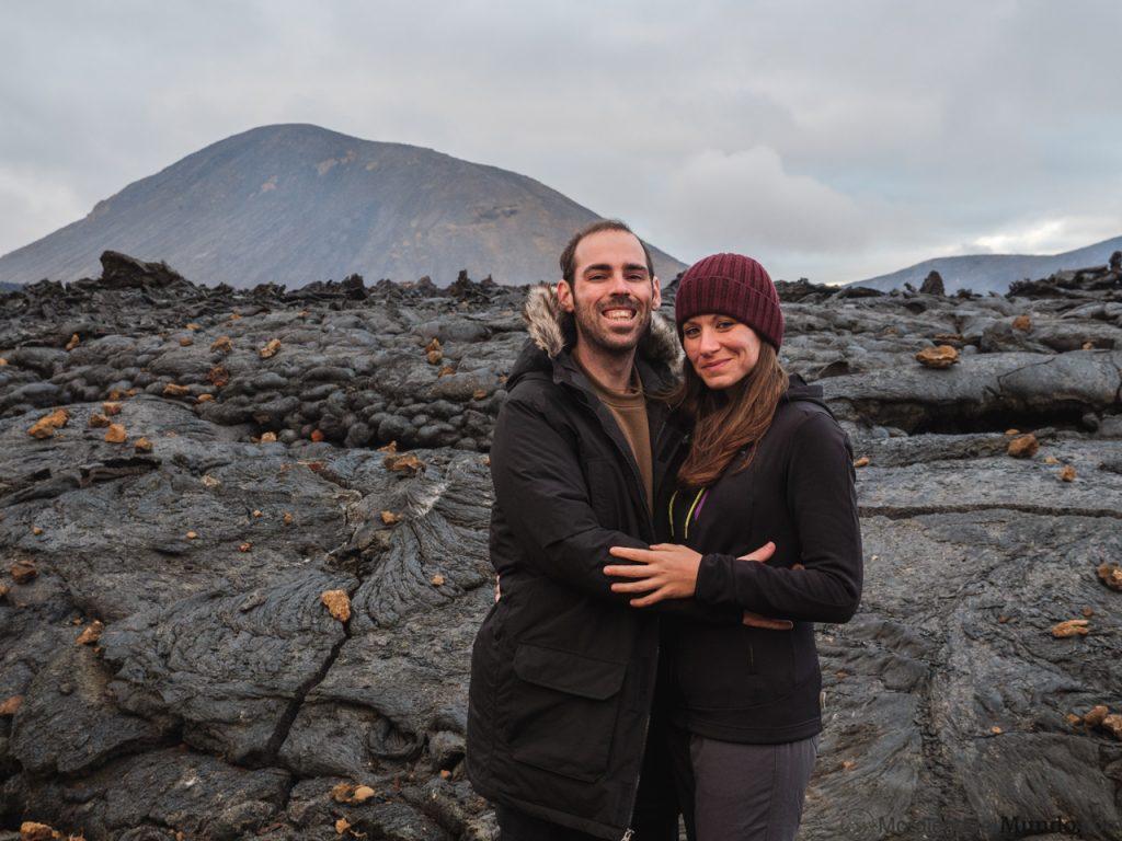 Personas en la lava del volcán Geldingaladir