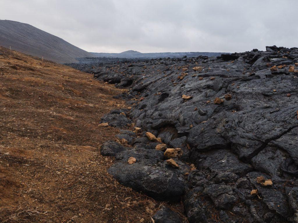 Lava seca del volcán islandés al lado del camino