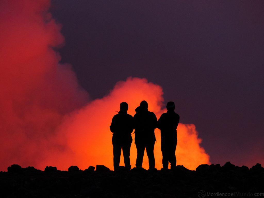 Gente viendo la erupción del volcán Geldingaladir en Islandia